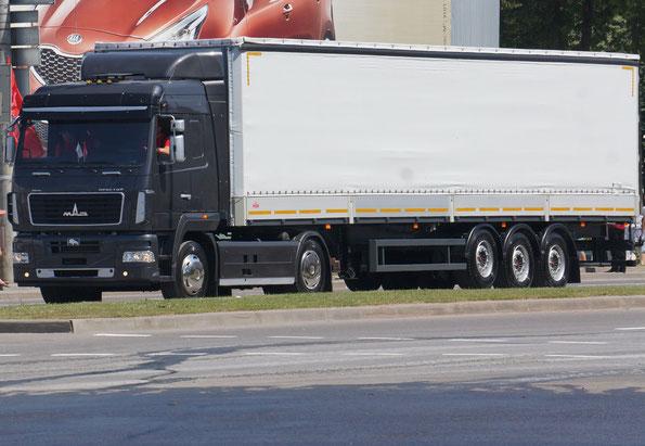 Седельный тягач МАЗ-5440B9-1420-031 с тентованым полуприцепом МАЗ-975830-3025