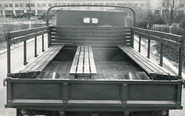 ГАЗ 62. Расположение скамеек в кузове, для размещения личного состава. Фото архивное