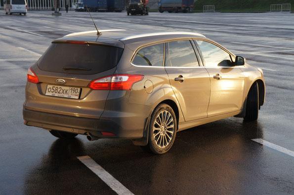 Цена Ford Focus Wagon на 30.10.2013: комплектация Trend, двигатель 1,6 (105 л.с.) - 634 000 руб., комплектация Titanium, двигатель 1,6 (125 л.с.) - 713 500 руб., тестовый автомобиль в комплектации Titanium с двигателем 2,0 (150 л.с.), АКП - 986 900 руб.