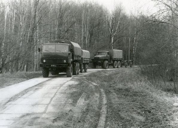 Автомобили КАМАЗ 4310 с прицепом СМЗ 8333 и Урал 4320 с прицепом СМЗ 8427 на дорогах II категории. Фото архивное