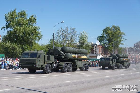 Пусковая установка 5П85ТЕ2 зенитной ракетной системы С-400 Триумф с тягачом БАЗ 6402-015. Боевой радиус действия - 400 км