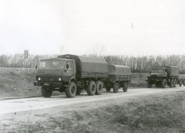 Автомобиль КАМАЗ 4310 с прицепом СМЗ 8333 на дорогах II категории. Фото архивное