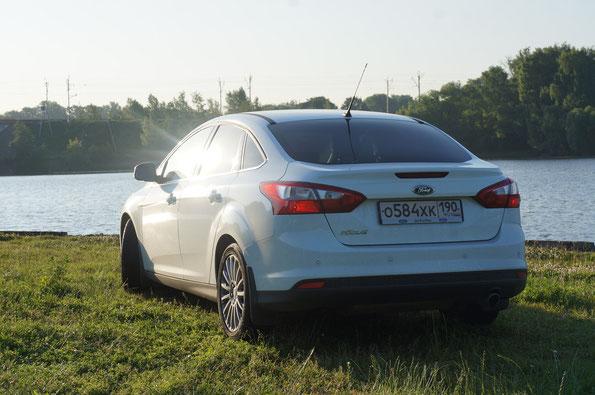 Цена Ford Focus на 30.10.2013: комплектация Ambiente, двигатель 1,6 (85 л.с.) - 575 00 руб., комплектация Titanium, двигатель 1,6 (125 л.с.) - 713 500 руб., тестовый автомобиль в комплектации Titanium с двигателем 2,0 (150 л.с.), АКП - 791 500 руб.