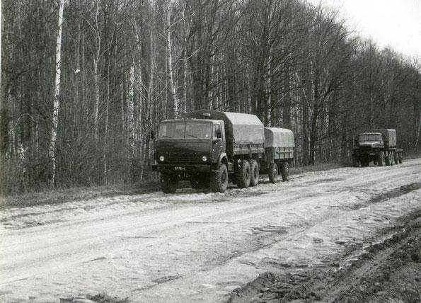 Автомобиль КАМАЗ 4310 с прицепом СМЗ 8333 на дороге с булыжным покрытием. Фото архивное