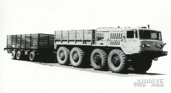 Прицеп-тяжеловоз ЧМЗАП 5530 с тягачом МАЗ 535А. Фото архивное