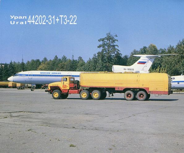 Седельный тягач Урал-44202-31 с полуприцепом топливозаправщиком ТЗ-22. Фото архивное