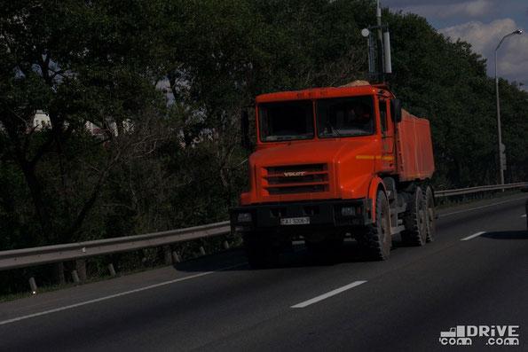 На асфальтированных дорогах МЗКТ-652511 выглядит немного чужеродно. Минская КАД. 29.03.2013