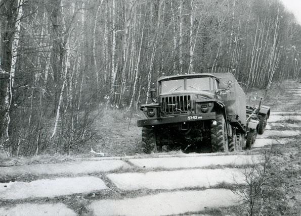 Автомобиль Урал 4320 с прицепом СМЗ 8427 на дороге со сменным профилем. Фото архивное
