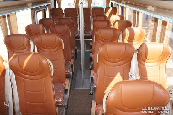 «Кожа, рожа, все дела» - это первое, что напрашивается на ум при виде этого 29-местного салона. Автобус имеет багажные полки с развитой систему воздуховодов и светодиодной подсветкой. Имеется и изолированный багажник, вместимостью 1,5 м3