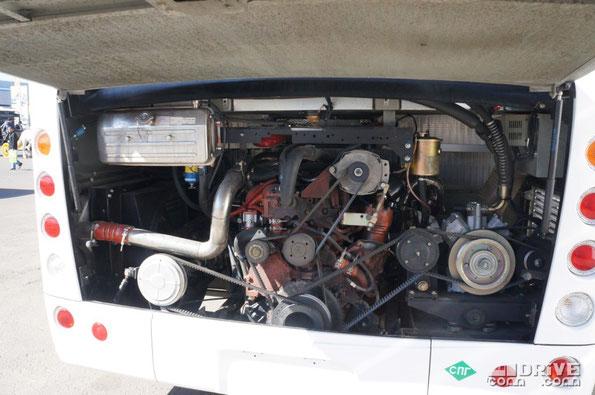 Двигатель YUCHAI YC6G260N-40 рассчитан на газовое топливо. Его мощность 260 л.с. Метан хранится в шести 120-литровых баллонах, размещенных под полом. Как следствие, багажный отсек «усечен» до 1,5м3, сводя использование автобуса к роли корпоративного