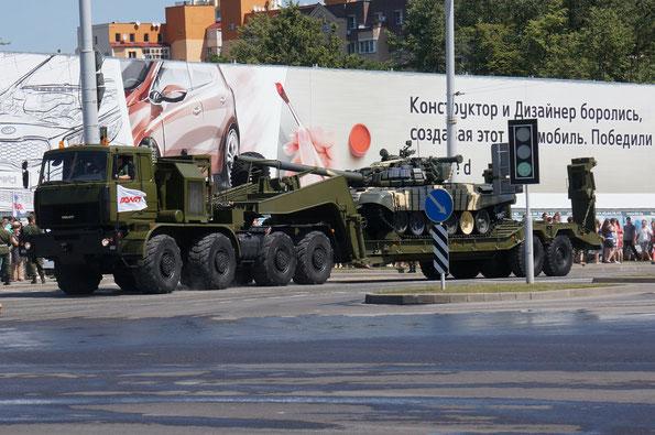 Седельный тягач МЗКТ-74295 с основным танком Т-72Б на полуприцепе МЗКТ-93783
