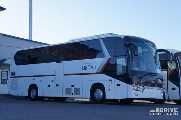 Междугородный King Long XMQ6129Y CNG. Автобус известен перевозчикам, но не с газовым 375-сильным двигателем YUCHAI YC6MK375N-40. Габаритные размеры, впрочем, не изменились – 12 200х2550х3900мм. Ценник данной версии – 6 500 000 руб.