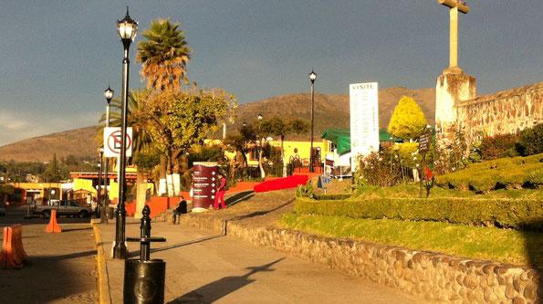 Pueblo Mágico de Tepotzotlán, Edo. Méx. Suministro de postes con luminarios Antique Toljy de LED para ahorro de energía, bancas, cestos y bolardos.