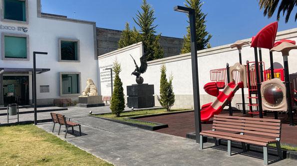 Jardín de la Concordia de la Escuela Judicial del Estado de México en Toluca. Suministro de postes arquitectónicos de alumbrado modeloEndeavor, bancas y cestos de basura.