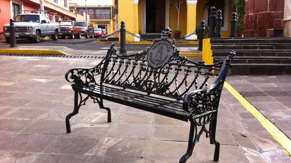 Pueblo Mágico de Tepotzotlán, Edo. Méx. Suministro de: bancas, cestos y bolardos para zonas peatonales y plazuelas