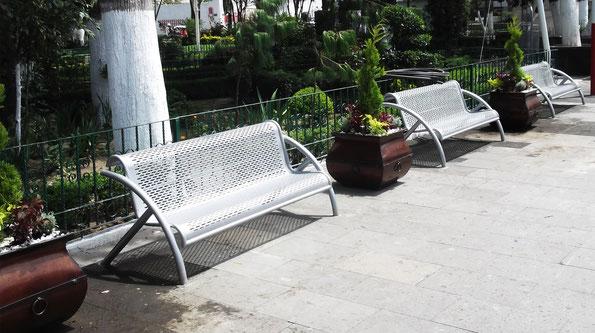 Suministro de postes, luminarios y mobiliario urbano para teatro al aire libre en municipio de Oriental, Puebla