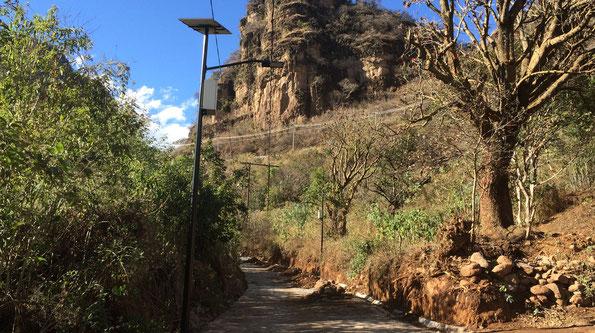 Suministro e instalación de postes solares para alumbrado de andador turístico en Ocuilán, Edo Méx.