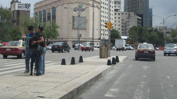 Suministro de bolardos piramidales para protección peatonal  en diversos puntos de la Av. Reforma en México DF