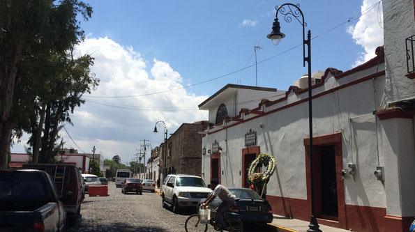 Suministro de postes ornamentales de alumbrado con rizo y luminario Coyoacán Toljy con LEDS fastflex de Philips en diversas calles de Paplotla, Edo Méx.