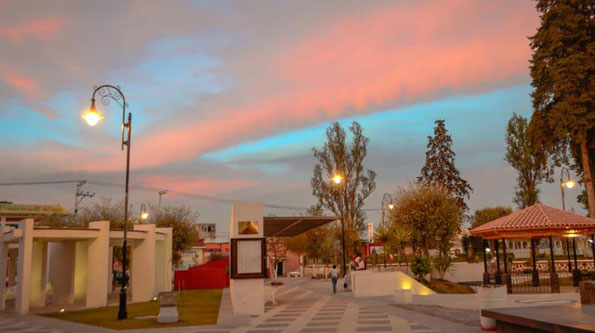 San Antonio Isla, Edo. Méx. Suministro de postes arquitectónicos Toljy para alumbrado de la plaza principal.
