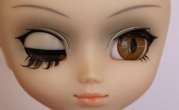 ici c'est imagé mais Oui la pupille peut devenir ovale et ce n'est pas normal....
