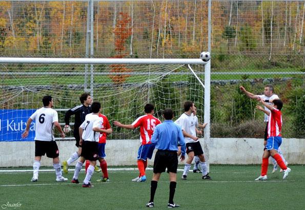 San Ignacio y Laudio B, en una imagen correspondiente al partido disputado en Adurtzabal la temporada pasada. Foto: Juanfer.