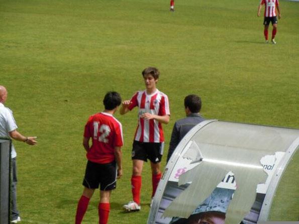 Los juveniles Aser Hernáez y Mikel Manzanares debutaron el sábado con el primer equipo ante el Barakaldo.
