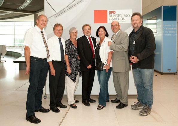 Hartmut Zülch zusammen mit den MdBs Ulrich Meßmer und Dr. Edgar Franke und weiteren Gästen der Konferenz