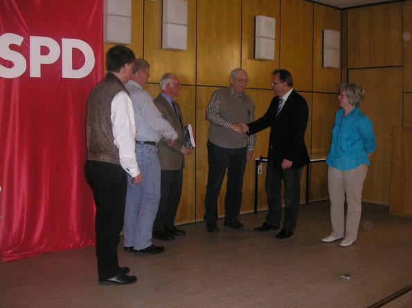 Ehrung und Gratulation: Michael Rostek (stv. Vorsitzender), Rolf Schleicher (Ehrung 25 Jahre), Heinz Wiegand (Ehrung 40 Jahre), Hans Schmidt (Landesehrenbrief), Winfried Becker (1. Kreisbeigeordneter), Birgit Sandner (Vorsitzende) (v.l.n.r.)