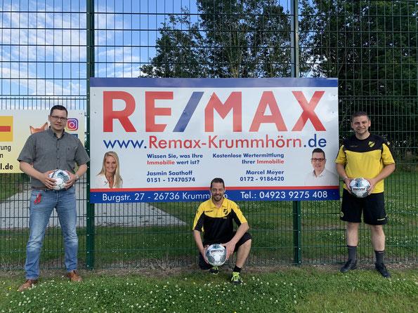 v.l.n.r.: Marcel Meyer REMAX Krummhörn in Ostfriesland, Holger Süßmann (Trainer 2. Herren) und Marcel Müller (3.Vorsitzender und Spieler 2.Herren)