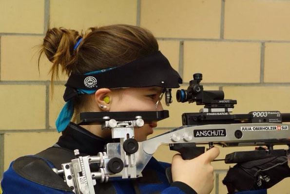 Julia Oberholzer, Schweizermeisterin Luftgewehr U16 Stehend vertraut auf AXIA TRIPLE X