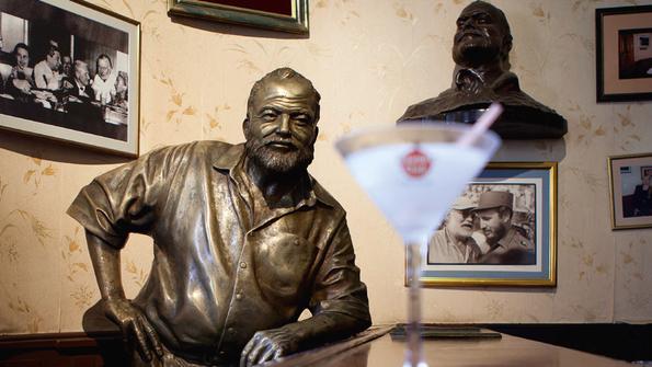 """Kultig: in der Lieblingsbar Hemmingways in Havanna, im """"Floridita"""", einen kühlen Drink nehmen."""
