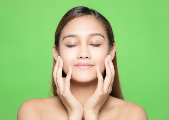 Bei einem Peeling werden die ältesten abgestorbene Hautzellen, die Korneozyten, an der äußersten Oberfläche der Haut, entfernt. Die Haut erschein jung frisch und strahlend.