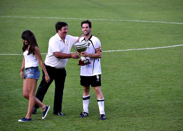 El capitán del Gernika, Lander Torrealdai, recoge el trofeo de campeón.