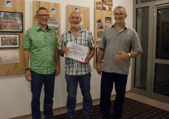 1. Vorsitzender Jörg Nagel (li.) mit dem neuen Ehrenmitglied Reinhold Kniel (mitte) und 2. Vorsitzender Hermann Rüger (re.)