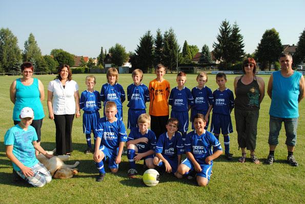Das D- Jugendteam mit seinen Trainern und den Trikotsponsoren
