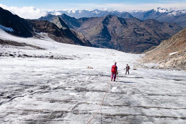 Hier irgendwo muss der Übergang vom Gletscher in den Fels sein.