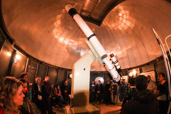 Unglaublich, dieses riesige Teleskop in der Sternwarte.
