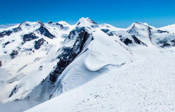 Hier ist gut der Grat des Breithorns zu erkennen, der sich einige Meter bis zum Gipfel hin zieht