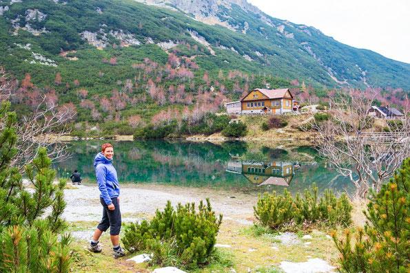 """Im Hintergrund spiegelt sich die wunderschön gelegenen Hütte """"Chata pri Zelenom plese"""" im See."""