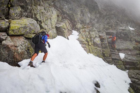 Während ich mir vor Angst fast in die Hose mach, knipst unser Bergführer ein paar Fotos.