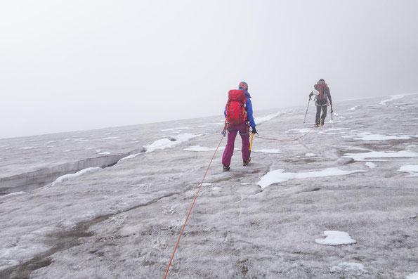 Längs zu den Spalten ging es über den Gletscher.
