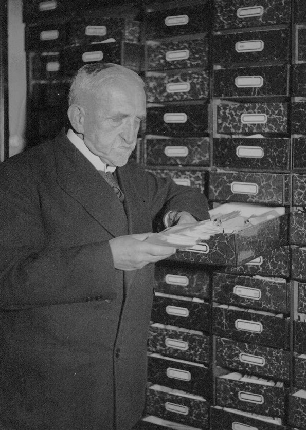 Richard Wossidlo vor seinen Zettelkästen. Foto: Karl Eschenburg. Copyright: Universität Rostock, Karl-Eschenburg-Archiv