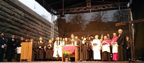 Епископ Дитрих Брауэр произносит молитву за мир