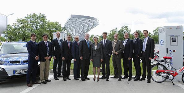 Im Rahmen des Schaufensters Bayern – Sachsen ELEKTROMOBILITÄT VERBINDET wurde heute an der BMW Welt eine DC-Schnellladestation in Betrieb genommen