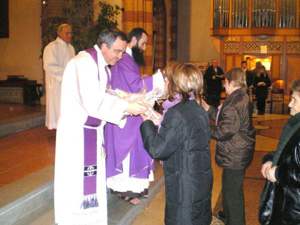 Distribuzione di pane benedetto alla conclusione  di tre giorni eucaristici
