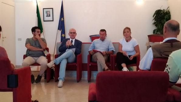 L'assessore Giorgi (al centro a sinistra) assieme a Silvio Pozenu (al centro a destra) di Altamarea Eventi durante la conferenza stampa di presentazione [Foto D'Arrigo].