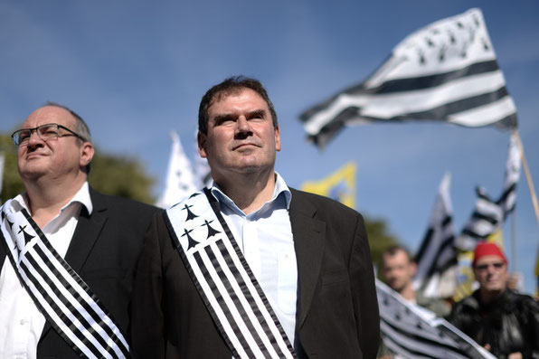 Le maire de Carhaix-Plouguer et le régionaliste breton Christian Troadec participent à une manifestation pour la réunification du département de la Loire-Atlantique en Bretagne le 27 septembre 2014. / Jean-Sebastien Evrard/AFP