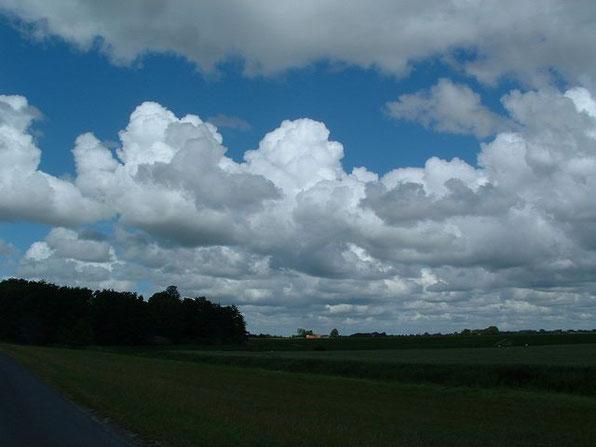Land zwischen Himmel und Meer