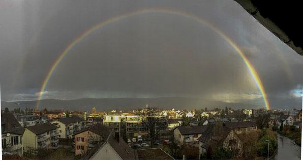 Während ich diesen Text verfasste, erschien dieser wunderschöne Regenbogen am Himmel. Und erschien mir das perfekte Symbol für meine Gedanken und Worte.
